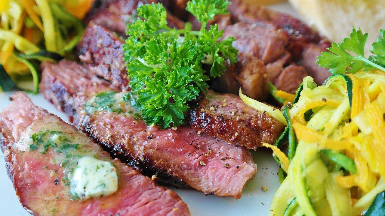 节食的时候吃牛排对你有害吗?
