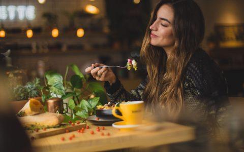 吃饭吃得太快时会发生什么?