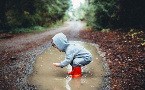 当孩子在户外玩耍时,他们身体中的微生物群会受到怎样的影响?